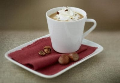 Koffie met banketbakkersroom en hazelnoot