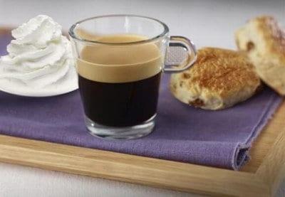 Koffie met rozijnenscones en slagroom