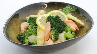 Asperge-broccolisalade met zalm