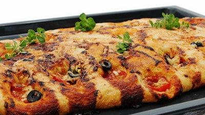 Focaccia met olijven en tomaat