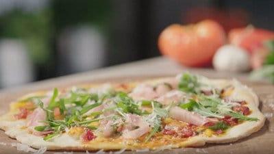Pizza met parmaham, mozzarella en basilicumolie