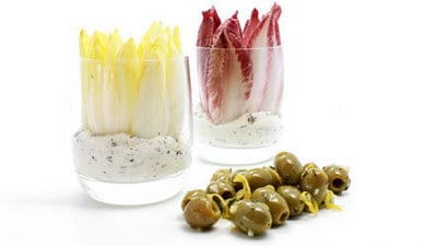 Gemarineerde olijven en witlof en roodlof met dip
