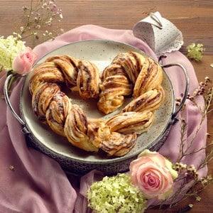 Bladerdeeghart met jam en amandelen