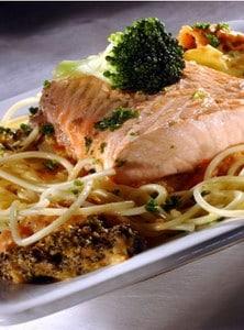 Atlantische zalm met pasta en ragout van broccoli en tomaat