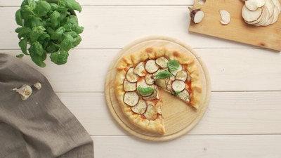 Pizza met aubergine en een kaasrand met aubergine en een kaasrand
