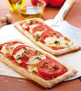 Mozzarella schnitt met tomaat en basilicum