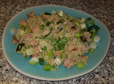 Broccoli-rijst met zalm, roomkaas en courgette