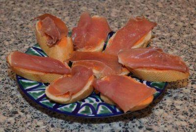 Geroosterd stokbrood met tomatenspread en Serrano ham