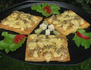Bladerdeeg met kaas-ui mengsel