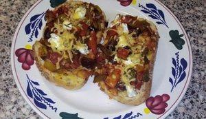 Brood met paprika, bacon, olijven en geitenkaas uit de oven