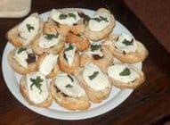 Bruschetta met mozzarella en basilicum