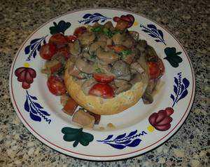 Champignon pruttelpotje in een Italiaanse bol