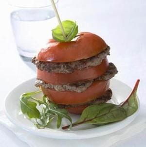 Clubgehakt met tomaten, balsamico en basilicum