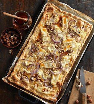 Flammkuchen met geitenkaas hazelnoten en honing