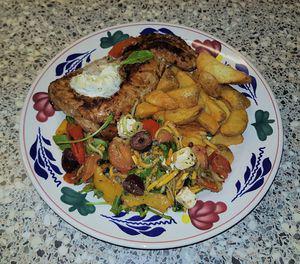 Gele courgette salade met zelf geroosterde paprika en tomaat met witte kaas