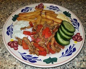 Gyros met paprika, tzatziki saus en airfryer friet