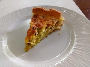 Hartige taart met zalm, garnalen en prei