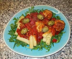 Kipgehaktballetjes met mozzarella in geroosterde paprikasaus