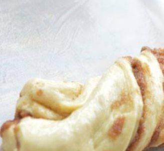 Luxe gedraaid brood met sticky kaneel en suikervulling