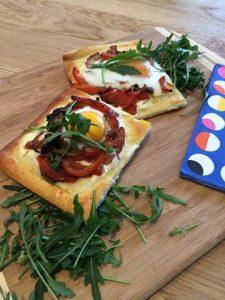 Mini pizza met paprika en ei