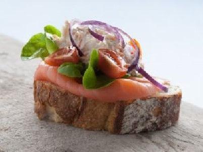 Oerbrood met krabsalade en gerookte zalm