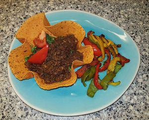 Paprika-Chili tortilla bakje met Surinaams gekruid gehakt