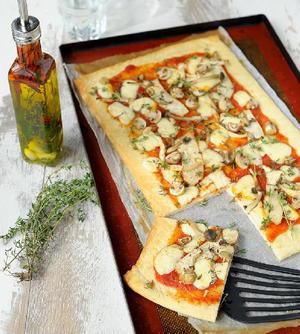 Pizza Funghi met roodschimmelkaas en tijm