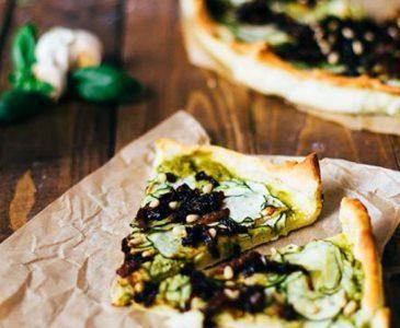 Pizza met vegan pesto, courgette en gekarameliseerde uien