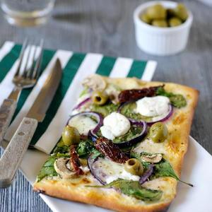 Pizza tricolore met verschillende groenten en kazen
