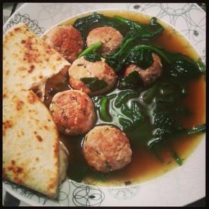 Aziatische Tonijn en Gehaktballetjes in bouillon met Spinazie Lees meer: https://www.mijnzuskooktvandaag.nl/products/aziatische-tonijn-en-gehaktballetjes-in-bouillon-met-spinazie/