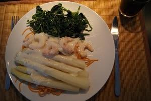Asperges met scampi's, pasta en spinazie
