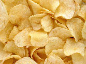 Aardappelchips uit de oven met ui en thijm