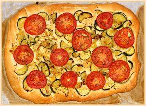 Focaccia met courgette, tomaat & ui