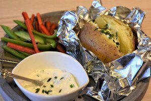 Gepofte aardappels met romige tuinkruiden