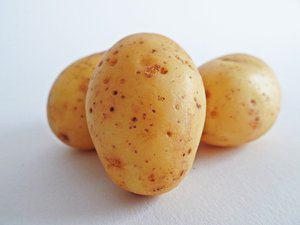 Aardappelblokjes met bleekselderij en salami